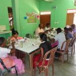 """Subankan og Sherunchsajan holder deres fødselsdag med børn på """"Sakthi Mahalir Børnehjem"""""""