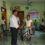 """Ahilan og Suvetha giver cykel til pigerne fra """"Sakthi Mahalir Børnehjem"""""""