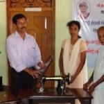 Til minde for fru Rathinasapabathy fik 3 enkefruer fra Kokkaddicholay foræret symaskiner